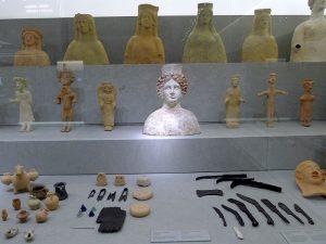En el centro de la exposición, el busto de la diosa Tanit, verdadero icono de Eivissa