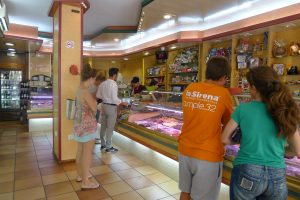 Interior de la pastelería La Canela