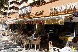 Terraza exterior de la pastelería Flor y Nata