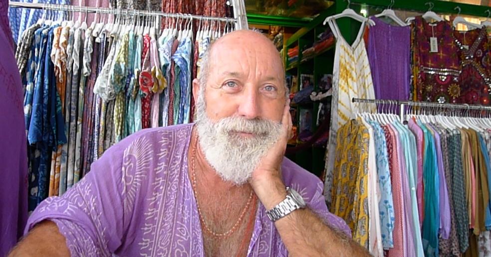 En la tienda de Vicente Ganesha hay prendas para mujer, complementos y objetos decorativos