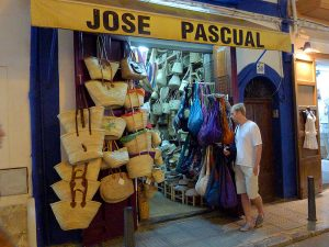 Los tradicionales cestos de paja o senallons decoran la entrada de la tienda de José Pascual