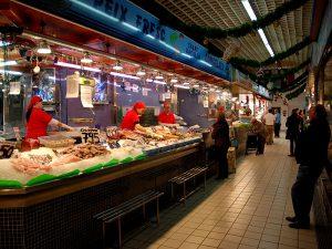 En el Mercat Nou se reúnen puestos con productos frescos de calidad