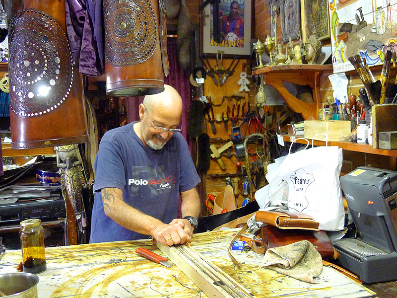 Pedro Planells trabajando en la tienda taller