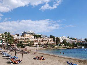 Ses Figueretes es la playa más céntrica y urbana de la capital