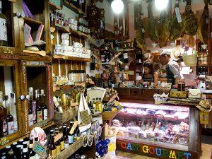 El interior de Can Gourmet es pequeño pero bien aprovechado